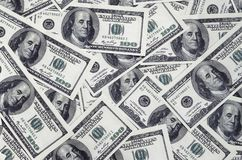 En hög av hundra USA-sedlar med presidentstående Kassa av hundra dollarräkningar, dollarbakgrundsbild med hög reso Royaltyfri Fotografi