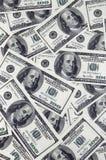 En hög av hundra USA-sedlar med presidentstående Kassa av hundra dollarräkningar, dollarbakgrundsbild med hög reso Arkivfoton