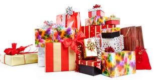 En hög av julgåvor i färgrik inpackning Fotografering för Bildbyråer