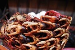En hög av krabban klöser på en marknad Royaltyfri Fotografi