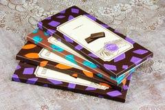 En hög av olik choklad på en servett royaltyfri bild