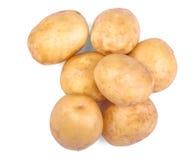 En hög av organiska och nya potatisar på en träbakgrund för mörk brunt Rått och ungt ljus - bruna potatisar Sunda grönsaker Arkivbilder