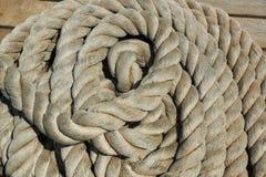 En hög av repet på däcket av ett fartyg Arkivbild