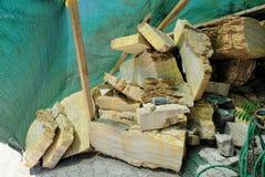 En h?g av s?gad onyx som f?rbereds f?r den manuella tillverkningen av traditionella souvenir i en hemsl?jdfabrik arkivbild