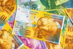 En hög av schweizisk francvalutasedlar arkivbilder