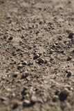 En hög av små stenar som ligger på jordningen Arkivfoton