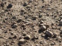 En hög av små stenar som ligger på jordningen Arkivfoto