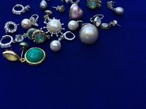 En hög av smyckentillbehör för härlig dam royaltyfri bild