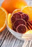 En hög av sund färgrik frukt gå i flisor på en vit bakgrund i en genomskinlig platta Närbild Royaltyfri Foto