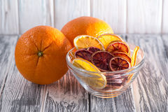 En hög av sund färgrik frukt gå i flisor på en vit bakgrund i en genomskinlig platta Slapp fokus Royaltyfri Fotografi