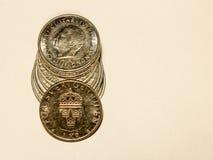 En hög av svenska mynt av en krona Arkivfoto