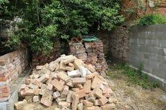 En hög av tegelstenar och förstörelse Arkivfoto