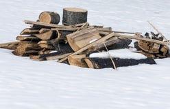 En hög av trä och loggar in snön Arkivbild