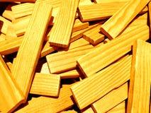 En hög av träpinnar att ett beträffande som används som en släp för att bygga byggnader och andra konstruktioner arkivbild
