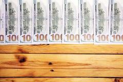 En hög av USA-sedlar med presidentstående Kassa av dollarräkningar, dollarbakgrundsbild arkivfoton