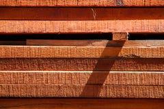 En hög av wood material i den wood bearbeta fabriken Royaltyfri Foto
