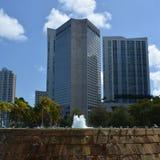 En hög byggnad i den Miami staden Arkivfoto