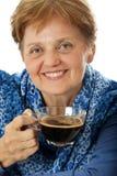 En hög kvinna som dricker en kupa av kaffe Royaltyfri Foto