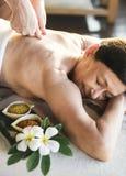 En hög kvinna som har en massage på brunnsorten royaltyfri fotografi
