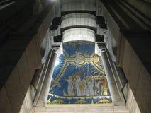 """En hög målad väggmålning och valvgång av Sacréen-CÅ """"ur, Paris arkivfoto"""