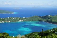 En hög poängsikt av den Magens fjärden, St Thomas ö med multipel andra karibiska öar på bakgrunden Royaltyfria Bilder