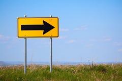 en höger vägmärkevänd långt Royaltyfri Foto
