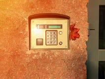 En högtalaranläggning på byggnadsväggen Säkerhetssystem av bemyndigande och det skyddande huset Begrepp av säkerhet och arkivbild