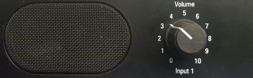 En högtalare och en volymkontroll Royaltyfri Foto