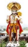 En högväxt staty av Hanuman på vägen till Naukuchiatal Arkivbilder
