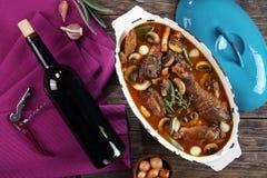 En höna som låtas småkoka i rött vin Royaltyfri Bild