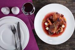 En höna som låtas småkoka i rött vin Royaltyfria Bilder
