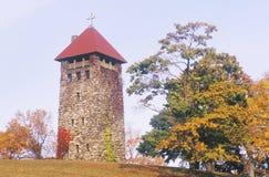 En höstdag på jordningen för villaWalsh kyrka i nya Morristown - ärmlös tröja Arkivfoto