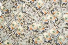 En h?g av hundra USA-sedlar med presidentst?ende Kassa av hundra dollarr?kningar, dollarbakgrundsbild med h?jdpunkt royaltyfria foton