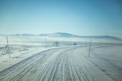 En h?rlig dimmig morgon i de norska kullarna i vinter Vitt disigt landskap royaltyfria foton