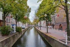 En h?rlig historisk gammal kanal i mitten av delftfajans, Nederl?nderna royaltyfria bilder