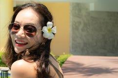 En h?rlig kvinna ler royaltyfri fotografi