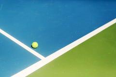 En/hacia fuera de la bola del campo de tenis, as/ganador foto de archivo libre de regalías