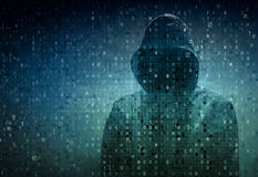 En hacker över en skärm med binär kod Arkivfoton