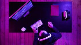 En hacker- eller smällareförsök att hacka ett säkerhetssystem stock video