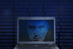 En hacker för binär kod royaltyfri fotografi