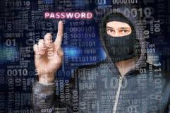 En hacker i anonym maskering söker för lösenord i binär kod royaltyfria bilder
