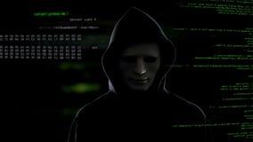 En hacker i den vita maskeringen som stjäler viktig information från serverterroristattack arkivbilder
