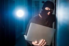 En hacker i en datacenter royaltyfri fotografi