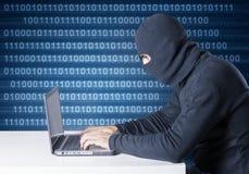 En hacker i handling royaltyfria bilder