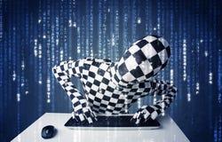 En hacker i information om kroppmaskeringsavkodning från futuristiskt nätverk Royaltyfria Bilder