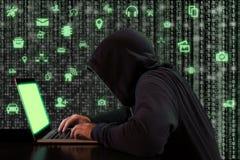 En hacker infiltrerar internet av sakercybersecuritybegreppet royaltyfri foto