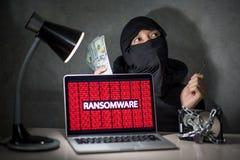 En hacker med att anfalla för ransomware för visning för datorskärm Arkivbilder