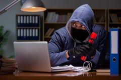 En hacker med dynamit som stjäler data Arkivfoton