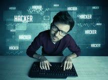 En hacker med tangentbordet och exponeringsglas Arkivfoton