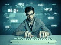 En hacker med tangentbordet och exponeringsglas Royaltyfri Fotografi